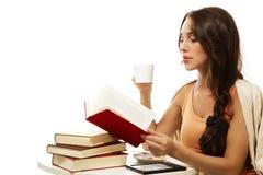 kvinna för avläsning för härligt bokkaffe dricka Arkivfoto