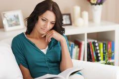 kvinna för avstånd för avläsning för bokkopieringsutgångspunkt arkivbilder