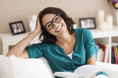 kvinna för avstånd för avläsning för bokkopieringsutgångspunkt royaltyfri fotografi