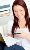 kvinna för bärbar dator för kortkreditering lycklig Arkivbild
