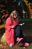 kvinna för badrocktidskriftavläsning Royaltyfri Fotografi