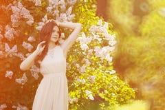 Kvinna för barnvårmode i vårträdgård Vår moderiktigt royaltyfria foton