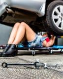 Kvinna för bilmekaniker arkivfoto