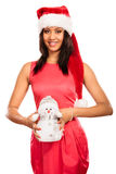 Kvinna för blandat lopp i den santa hatten med den lilla snögubben Royaltyfri Foto