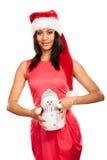 Kvinna för blandat lopp i den santa hatten med den lilla snögubben Royaltyfri Bild