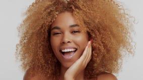 Kvinna för blandat lopp med stort lockigt afro blont hår i studio stock video
