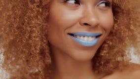 Kvinna för blandat lopp med stort lockigt afro blont hår i studio lager videofilmer