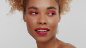 Kvinna för blandat lopp med stort lockigt afro blont hår i studio arkivfilmer