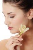 kvinna för blommaholdingorchid Arkivbild