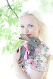 Kvinna för blont hår med kanin Fotografering för Bildbyråer
