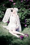 Kvinna för blont hår med rosa rosor Royaltyfri Bild
