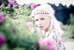 Kvinna för blont hår med rosa rosor Arkivbilder