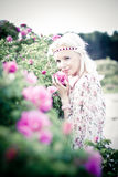Kvinna för blont hår med rosa rosor Arkivfoto