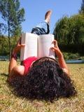 kvinna för bokparkavläsning Arkivfoto