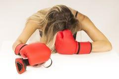 kvinna för boxninghandskered Royaltyfri Bild