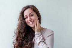 Kvinna för brunett för skönhetstående ung lycklig positiv på vit bakgrund arkivfoton