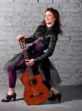 Kvinna för brunettgitarrspelare Arkivbild