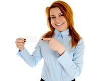 kvinna för businesscardholdingredhead Fotografering för Bildbyråer