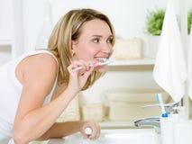 kvinna för cleaningtandtandborste Royaltyfri Fotografi