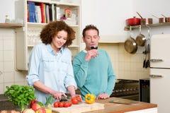 kvinna för cuttingkökgrönsaker arkivfoton