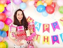 kvinna för deltagare för holding för födelsedagaskgåva arkivfoton