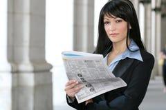 kvinna för ekonominyhetertidningsavläsning Arkivfoto
