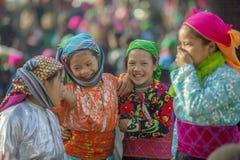 Kvinna för etnisk minoritet fyra på den gamla Dong Van marknaden Arkivbilder