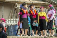 Kvinna för etnisk minoritet fyra, på den gamla Dong Van marknaden Royaltyfri Bild