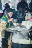 Kvinna för etnisk minoritet i restaurang, på den gamla Dong Van marknaden Arkivbild
