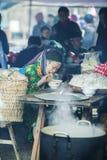 Kvinna för etnisk minoritet i restaurang, på den gamla Dong Van marknaden Arkivbilder