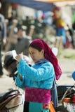 Kvinna för etnisk minoritet, på den gamla Dong Van marknaden Royaltyfri Bild