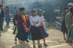 Kvinna för etnisk minoritet som ler, på den gamla Dong Van marknaden Arkivbild