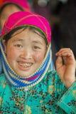 Kvinna för etnisk minoritet som ler, på den gamla Dong Van marknaden royaltyfri fotografi