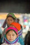 Kvinna för etnisk minoritet som ler, på den gamla Dong Van marknaden Arkivfoto