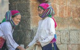 Kvinna för etnisk minoritet två på den gamla Dong Van marknaden Arkivbilder