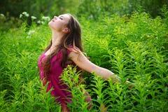 kvinna för fältgräsgreen arkivfoto