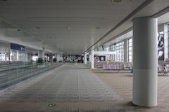 kvinna för fönster för lokal för flygplatsbakgrundsnivå väntande Royaltyfria Foton