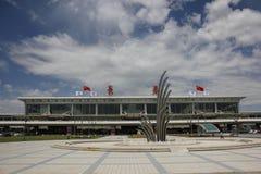 kvinna för fönster för lokal för flygplatsbakgrundsnivå väntande Arkivfoto