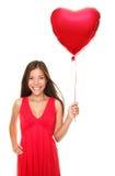 kvinna för förälskelse för ballonghjärtaholding Arkivbilder