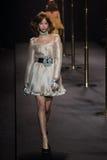 Kvinna för ` för boutique för modeshow`-La som är klar att bära och simma högt snittstil Royaltyfri Bild