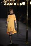 Kvinna för ` för boutique för modeshow`-La som är klar att bära och simma högt snittstil Fotografering för Bildbyråer