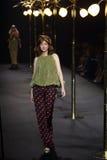 Kvinna för ` för boutique för modeshow`-La som är klar att bära och simma högt snittstil Royaltyfri Fotografi