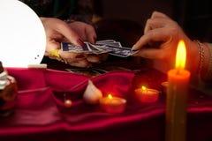 Kvinna för förmögenhetkassör som ger tarokkortet till en annan kvinna Royaltyfria Bilder