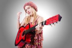 Kvinna för gitarrspelare Royaltyfri Bild