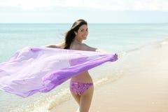 kvinna för härlig bikini för strand running Royaltyfri Foto