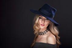 Kvinna för hår för sexig makeup för glamour som blond lång poserar i modehatt arkivbilder