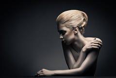 Kvinna för högt mode med abstrakt hårstil royaltyfri bild
