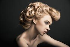 Kvinna för högt mode med abstrakt hårstil arkivbilder