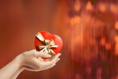 kvinna för handhjärtahåll Royaltyfri Foto