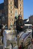 Kvinna för Hansomtaxi på gammal stadfyrkant i Krakow Arkivbilder